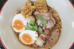 Macarronete tom yum com carne de porco e ovo imagens de stock