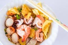 Macarronete Tom Yum do marisco na bacia branca no fundo branco, alimento tailandês, alimento da rua imagens de stock