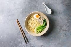 Macarronetes asiáticos do udon foto de stock