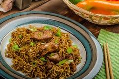Macarronetes chineses com galinha e cebola imagem de stock royalty free