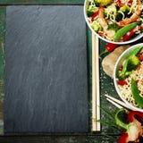 Macarronetes chineses com vegetais e camarões Imagens de Stock