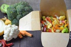 Macarronetes chineses com vegetais Ingredientes na caixa: macarronetes, carne da galinha, cogumelos, br?colis, pimenta, alface, a fotos de stock royalty free