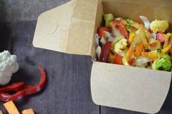 Macarronetes chineses com vegetais Ingredientes na caixa: macarronetes, carne da galinha, cogumelos, br?colis, pimenta, alface, a fotografia de stock royalty free