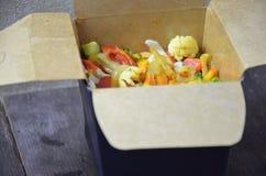 Macarronetes chineses com vegetais Ingredientes na caixa: macarronetes, carne da galinha, cogumelos, br?colis, pimenta, alface, a foto de stock royalty free