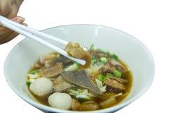 Macarronetes chineses da carne com carne cozido e almôndegas da sopa clara imagens de stock