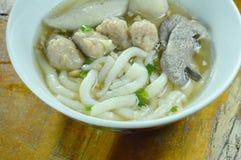 Macarronetes chineses da farinha de arroz que cobrem a carne de porco e o fígado triturados com a bola de peixes na sopa na bacia imagens de stock royalty free