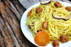 Macarronetes chineses salteado com proteína de soja Foto de Stock
