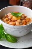 Macarronetes com camarão na bacia branca Camarão doce e picante com os macarronetes de arroz finos Culinária chinesa r Fritada da Foto de Stock