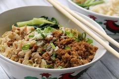 Macarronetes com galinha e carne de porco Imagem de Stock