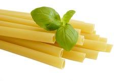 Macarronetes com manjericão Imagem de Stock