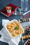 Macarronetes com molho ácido em utensílios de mesa descartáveis fotografia de stock royalty free