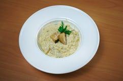 Macarronetes com queijo e cogumelos Imagem de Stock Royalty Free