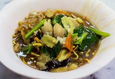 Macarronetes com vegetais e cogumelos Fotografia de Stock