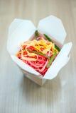 Macarronetes cor-de-rosa tailandeses na caixa Fotografia de Stock Royalty Free