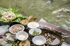 Macarronetes das vendas do barco. em Taling Chan Floating Market Bangkok, Tailândia. imagens de stock