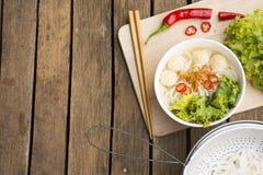Macarronetes de Ásia no fundo de madeira noodle Foto de Stock