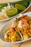 Macarronetes de arroz agitar-fritados tailandeses (almofada tailandesa) fotografia de stock royalty free