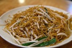 Macarronetes de arroz com Bean Sprouts Chives e sésamo imagem de stock royalty free