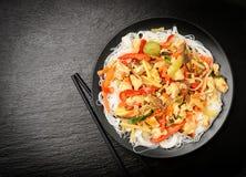 Macarronetes de arroz com molho dos vegetais, dos cogumelos, da galinha e de soja Fotografia de Stock