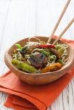 Macarronetes de arroz com vegetais e cogumelos Imagem de Stock