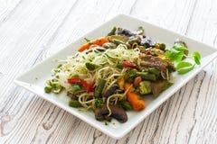Macarronetes de arroz com vegetais e cogumelos Imagem de Stock Royalty Free