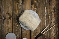 Macarronetes de arroz crus, na tabela de madeira rústica imagens de stock royalty free
