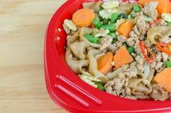 Macarronetes de arroz lisos salteado com carne de porco, manjericão e ervilha Fotografia de Stock Royalty Free