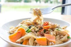 Macarronetes de arroz lisos salteado com carne de porco, manjericão e ervilha Imagem de Stock