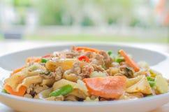 Macarronetes de arroz lisos salteado com carne de porco, manjericão e ervilha Imagens de Stock Royalty Free