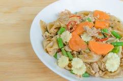 Macarronetes de arroz lisos salteado com carne de porco, manjericão, ervilha Imagens de Stock