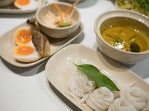 Macarronetes de arroz no molho de caril dos peixes com vegetais Imagens de Stock Royalty Free