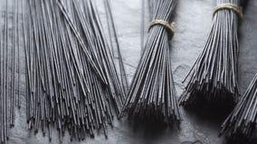 Macarronetes de arroz pretos em uma vista superior de pedra cinzenta Culinária asiática Desaturate video video estoque