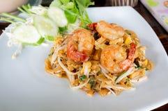 Macarronetes de arroz salteado com camarões e o legume fresco fotos de stock