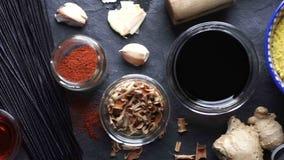 Macarronetes de arroz, tempura e vegetais na tabela Culinária asiática vídeo filme