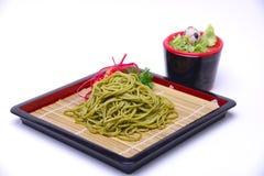 Macarronetes de Greentea Soba do japonês com molho de mergulho, iso de Cha Soba Fotos de Stock Royalty Free