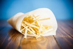 Macarronetes de ovo caseiros em um pacote de papel Imagem de Stock