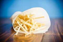 Macarronetes de ovo caseiros em um pacote de papel Foto de Stock