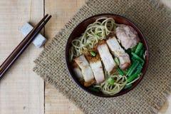 Macarronetes de ovo com vegetais e carne de porco friável, foco da seleção fotografia de stock