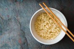 Macarronetes de Ramen da sopa em varas cerâmicas da bacia e do bambu Fotografia de Stock