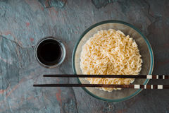Macarronetes de Ramen da sopa na bacia de vidro no fundo do azul do tte Fotografia de Stock Royalty Free
