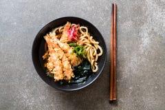 macarronetes de ramen do udon com tempura dos camarões imagens de stock