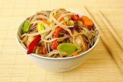 Macarronetes de Soba com galinha e vegetais Foto de Stock Royalty Free