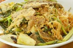 Macarronetes de vidro fritados com carne de porco e vegetal na placa Fotografia de Stock Royalty Free