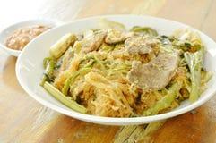 Macarronetes de vidro fritados com carne de porco e vegetal na placa que mergulha o molho do sukiyaki Fotos de Stock Royalty Free