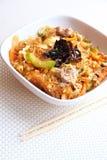 Macarronetes de vidro picantes com carne, vegetais e ovos Fotografia de Stock