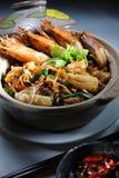 Macarronetes do claypot do camarão Imagem de Stock