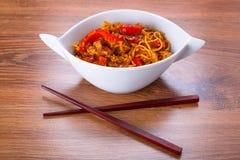 Macarronetes do mein da comida com galinha Fotos de Stock