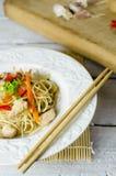 Macarronetes do mein da comida com galinha, cogumelos, cenouras e cebolas Fotografia de Stock Royalty Free