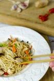 Macarronetes do mein da comida com galinha, cogumelos, cenouras e cebolas Imagem de Stock Royalty Free