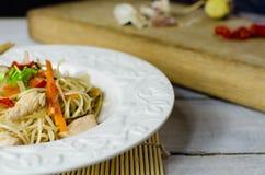 Macarronetes do mein da comida com galinha, cogumelos, cenouras e cebolas Fotografia de Stock